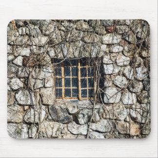 Fenster in einer Wand des Steins Mousepads