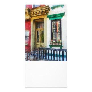 Fenster mit Reflexionen und Windowbox Foto Karten