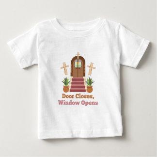 Fenster öffnet sich baby t-shirt
