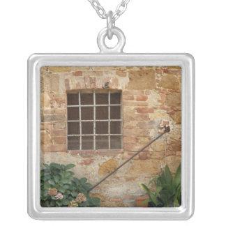 Fenster und alte Steinwand, Pienza, Italien Versilberte Kette