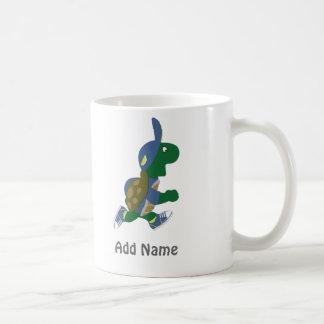 Fertigen Sie laufende Schildkröte besonders an Kaffeetasse