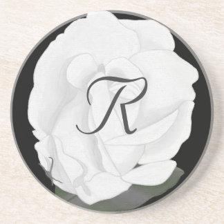 Fertigen Sie weiße Rosen-Monogramm-Untersetzer Getränkeuntersetzer