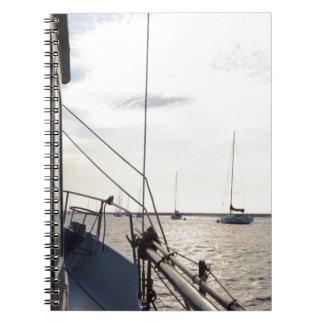 Festgemachte Yachten an der Dämmerung Spiral Notizblock