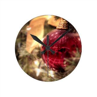 festliches glänzendes der roten runde wanduhr