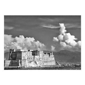 Festung, Meer, Wolken und Berge Fotodruck