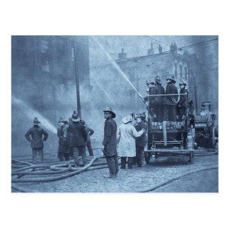 Feuer-Crew in der Aktion - Vintag Postkarte