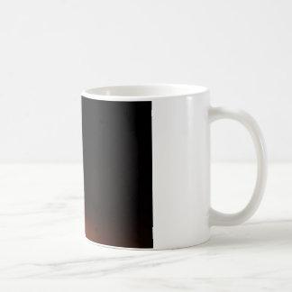 Feuer in einer Schüssel abgeschieden im Schwarzen Kaffeetasse
