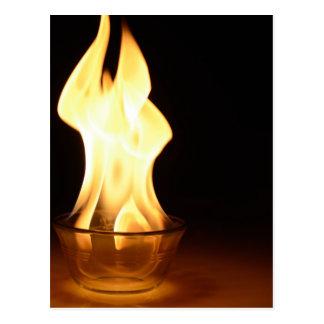 Feuer in einer Schüssel abgeschieden im Schwarzen Postkarte