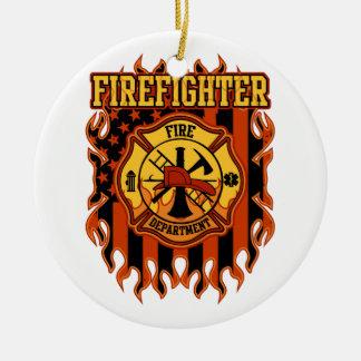 Feuerwehrmann-Feuerwehr-Abzeichen und Flagge Rundes Keramik Ornament