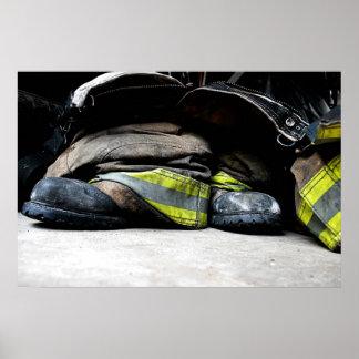 Feuerwehrmann lädt Plakat auf
