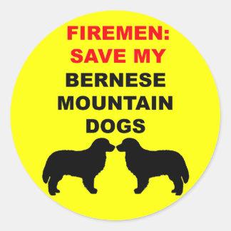 Feuerwehrmann retten meine Bernese Gebirgshunde Runder Aufkleber