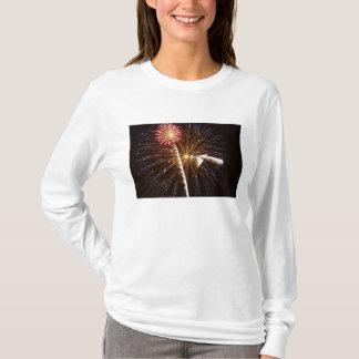 Feuerwerke zeigen auf Savannah River 2 an T-Shirt