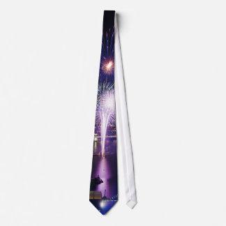 Feuerwerks-zeigen in den Stadt-Skylinen Krawatte