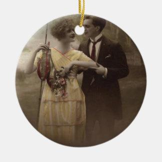 Fisch-Blumen-viktorianisches PaarePoisson d'avril Rundes Keramik Ornament