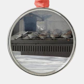 Fische draußen grillen rundes silberfarbenes ornament