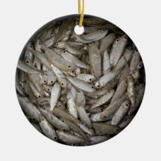 Fische in einem Fass Rundes Keramik Ornament