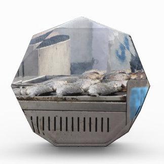 Fische mit dem Rauchauftauchen draußen grillen Acryl Auszeichnung