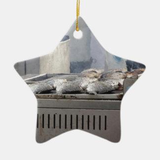 Fische mit dem Rauchauftauchen draußen grillen Keramik Ornament