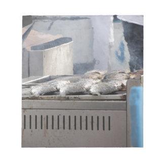 Fische mit dem Rauchauftauchen draußen grillen Notizblock