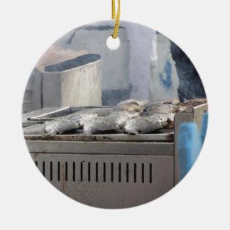 Fische mit dem Rauchauftauchen draußen grillen Rundes Keramik Ornament
