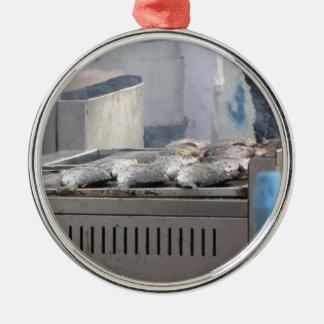 Fische mit dem Rauchauftauchen draußen grillen Silbernes Ornament