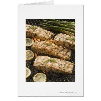 Fische und Spargel, die auf Grill kochen Karte
