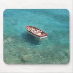 Fischerboot im klaren, bunten Wasser, Mani Mauspad