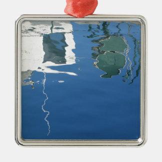 Fischerboot reflektiert sich im Wasser Quadratisches Silberfarbenes Ornament