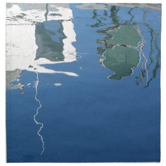 Fischerboot reflektiert sich im Wasser Serviette