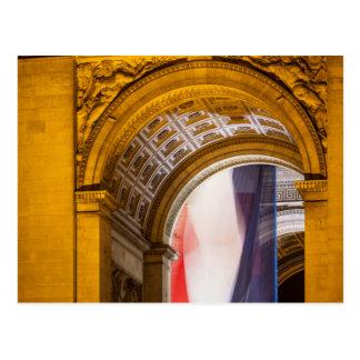 Flagge fliegt innerhalb des Arcs de Triomphe, Postkarte