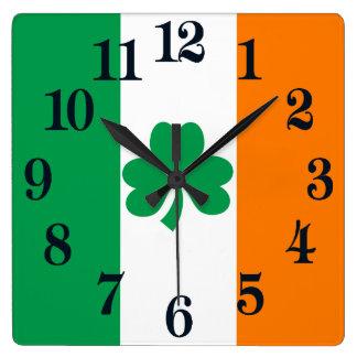 Flagge von Irland-Kleeblatt Quadratische Wanduhr