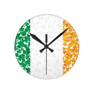 Flagge von Irland-Kleeblättern Runde Wanduhr