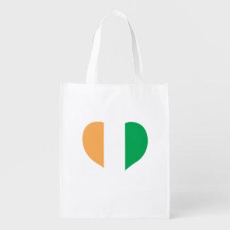 Flagge von ivorischem auf Metallhintergrund