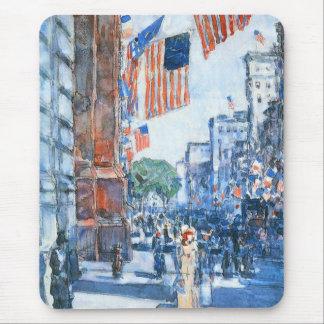 Flaggen-Fifth Avenue durch Childe Hassam, Vintage Mousepad