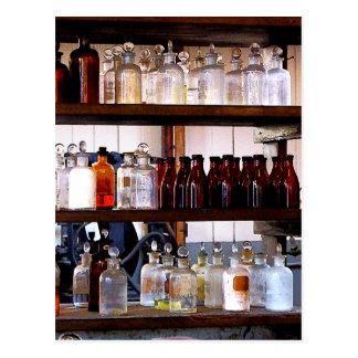 Flaschen Chemikalien auf Regalen Postkarte