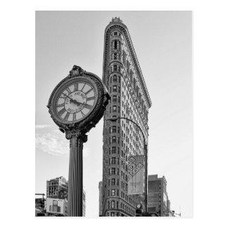 Flatiron Gebäude und Uhr in Schwarzweiss-2 Postkarte