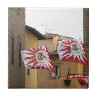 Flatternde Flaggen in Volterra Dorf. Toskana Keramikfliese