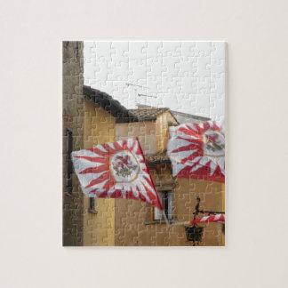 Flatternde Flaggen in Volterra Dorf. Toskana Puzzle