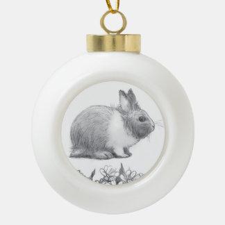Flaumig das Kaninchen. Bleistiftzeichnung Keramik Kugel-Ornament