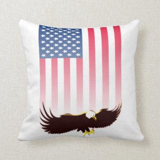 Fliegen Eagle und amerikanische Flagge Kissen