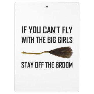Fliegen-große Mädchen bleiben weg vom Besen Klemmbrett