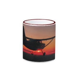 Fliegen in die Sonnenuntergang-Tasse Ringer Tasse