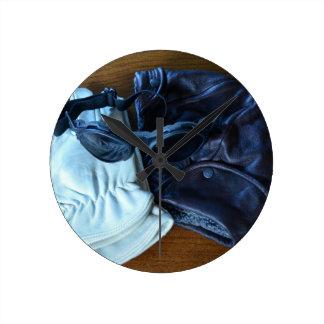 Fliegen-Sturzhelm, Schutzbrillen und Handschuhe Runde Wanduhr