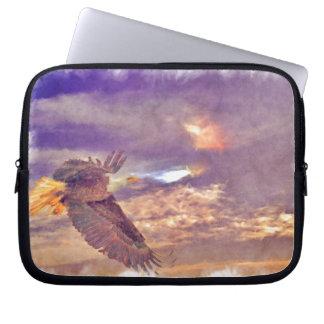 Fliegen-Weißkopfseeadler u. dämmerige Laptop Sleeve