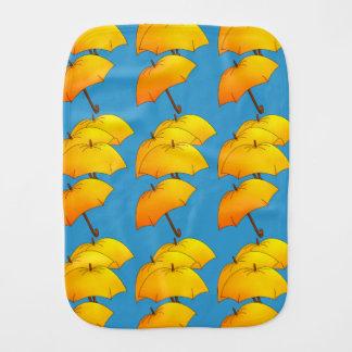 Fliegende gelbe Regenschirme Baby Spucktuch