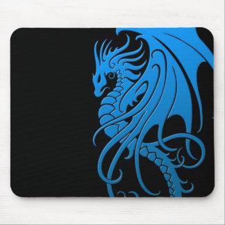 Fliegender Stammes- Drache - Blau auf Schwarzem Mauspad