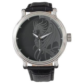 Fliegender Stammes- Drache - Grau auf Schwarzem Handuhr