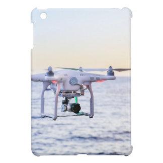 Fliegendrohne an der Küste über Meer iPad Mini Hülle