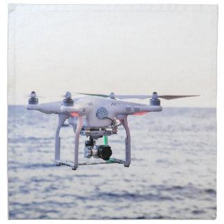 Fliegendrohne an der Küste über Meer Serviette