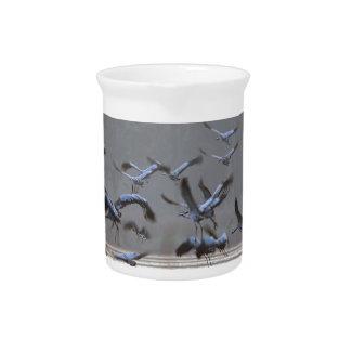 Fliegenkräne auf einem See Getränke Pitcher